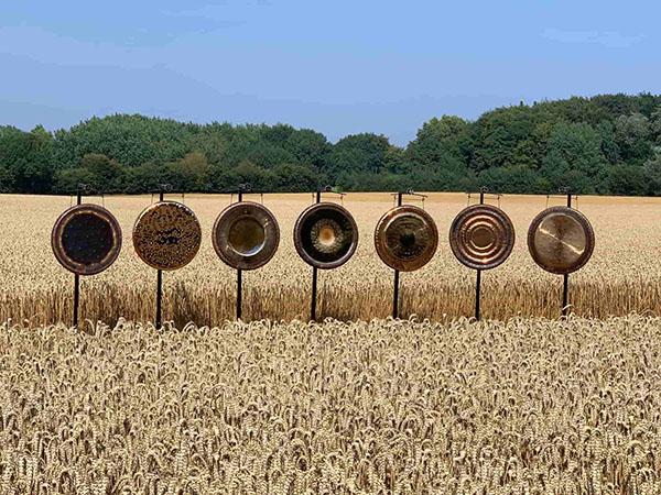 Bronze-Gongs-auf-Feld